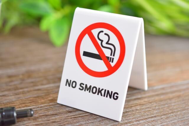 机の上に置いてある禁煙のプレート